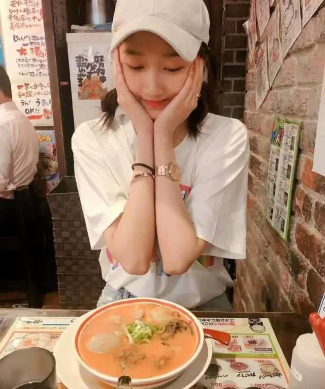 鹿晗对关晓彤示爱一如既往的简单直接而网友的注意力却在她手上_