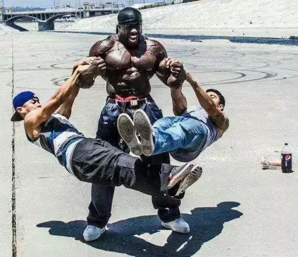 因为打架斗殴入狱, 狂练肌肉, 狱警都不敢轻易招惹他