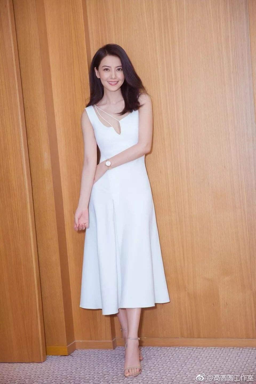 高圆圆穿裙子无疑是气质女神,可穿上紧身裤大不一样,胯宽的很!