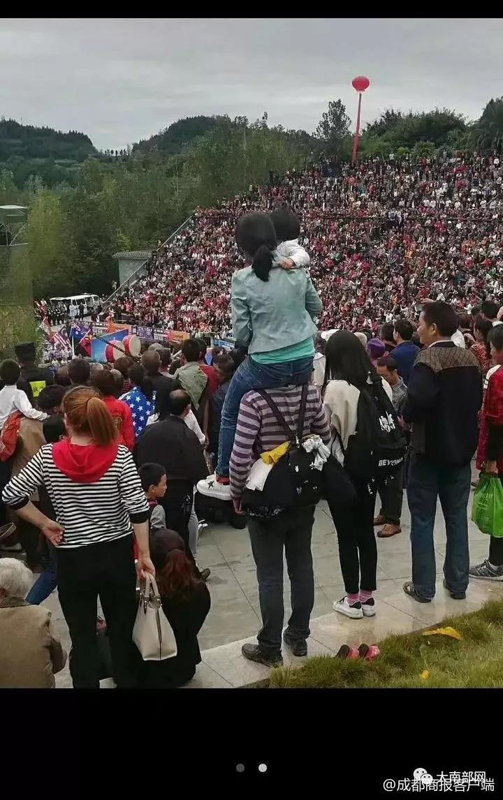 气场两米八!看演出视线被挡,1.68米丈夫将妻女一把扛到肩上!