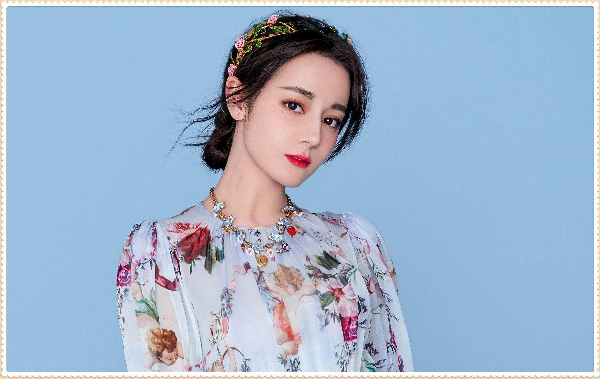 看了迪丽热巴的碎花裙,再看陈都灵,才知美艳脸和清纯脸哪个更美
