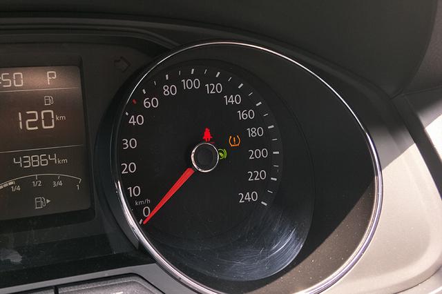 另外,我还发现仪表盘上有一个胎压报警灯,可能是轮胎出现了一些故障.图片