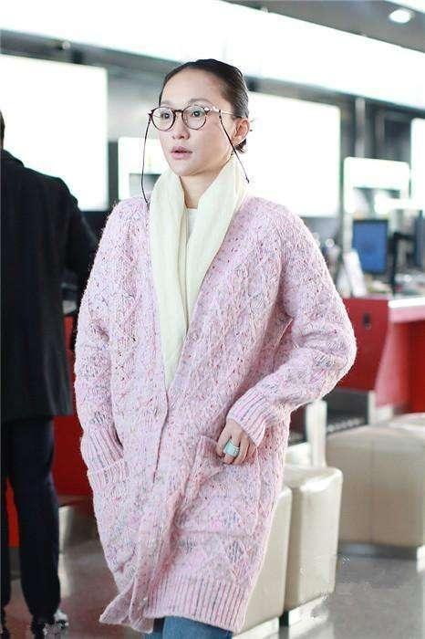 43岁周迅灵气全失?粉毛衣现身机场,网友:周奶奶你好!