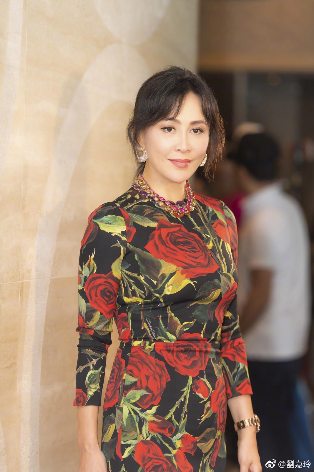 第一次看刘嘉玲穿这么保守,全身花朵的裙子,不难看还挺显气质!