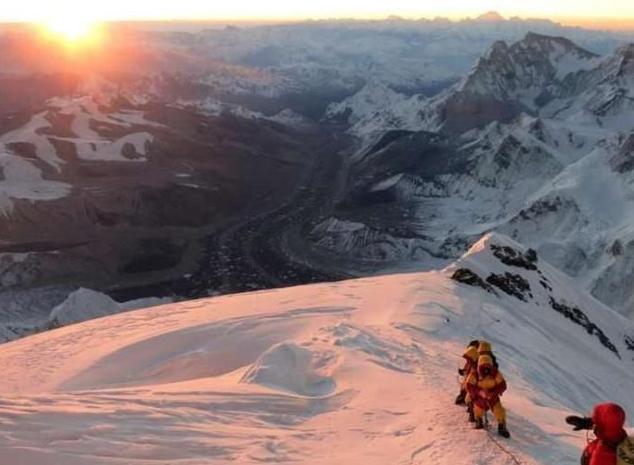 为什么登珠穆朗玛峰时,有人摔倒千万不能扶?