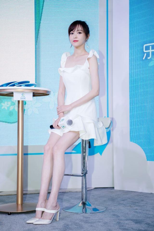 172cm唐嫣和165cm赵丽颖,两人同穿白裙,差距岂止一个7cm