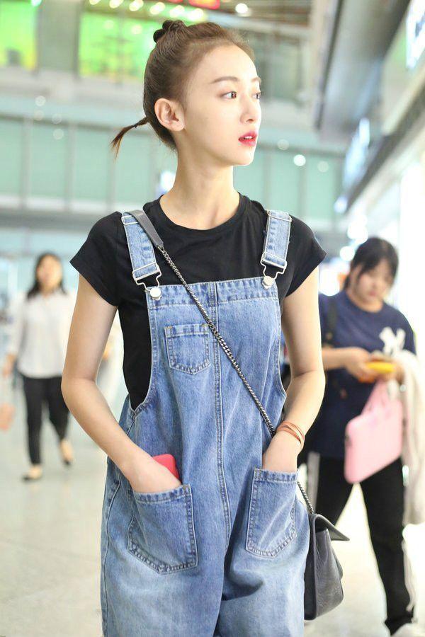吴谨言背带裤现身机场,网友:我的头发要这么少,也梳麻花发型!