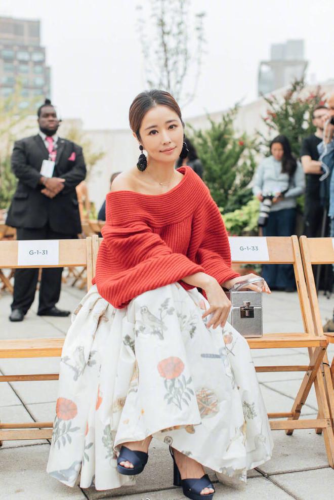林心如这款毛衣一万八,42岁穿成了22岁,网友:花的真是值