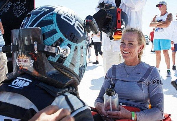 堪比高铁!美女子骑单车飚296迈打破世界纪录
