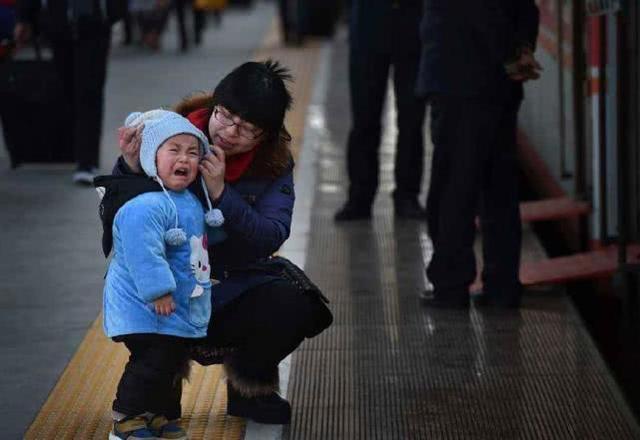 火车上3个月的孕妇因没给老人让座,被骂到不得不发飙了