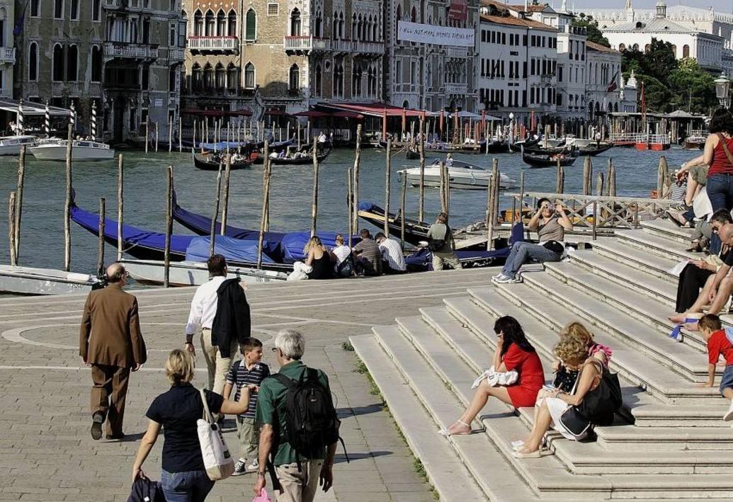 规矩最多的旅游城市,禁止游客坐地上,违反罚款5000元