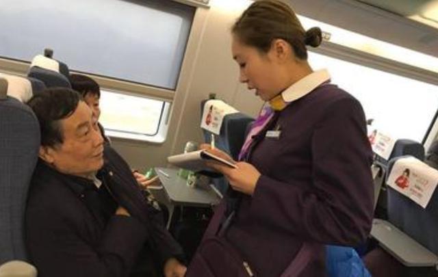 越南富豪坐中国的高铁,问一个问题让众人大笑,这在中国很正常