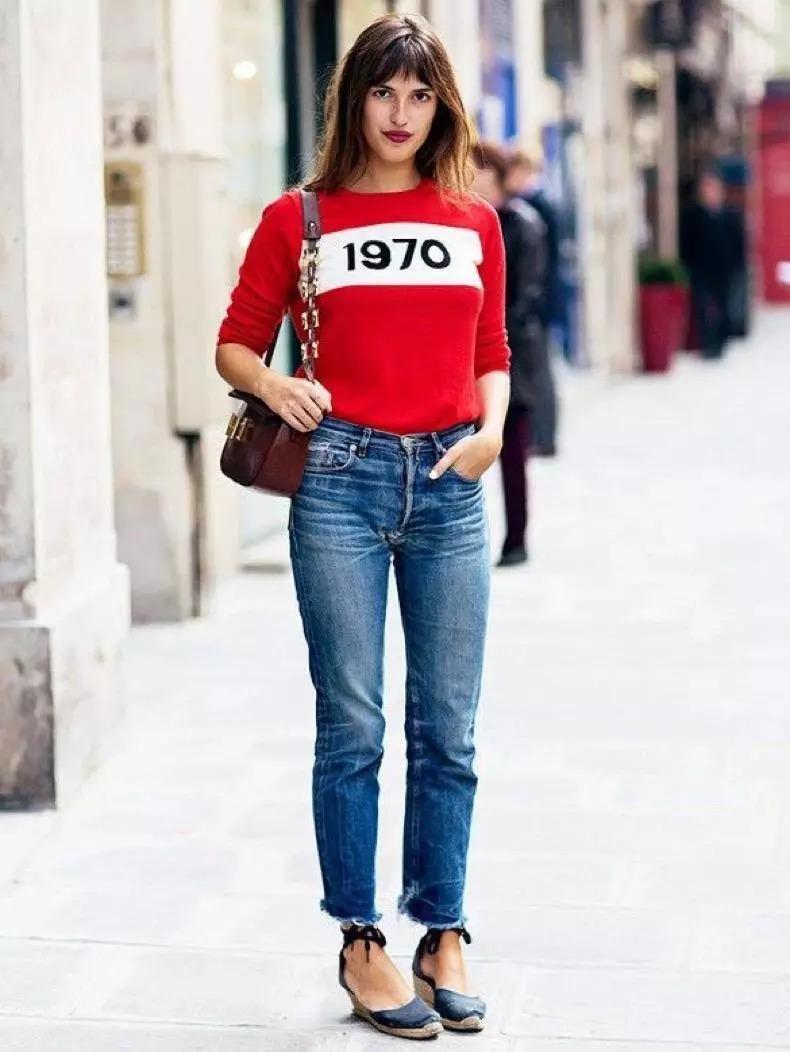 红色卫衣搭配牛仔裤图片