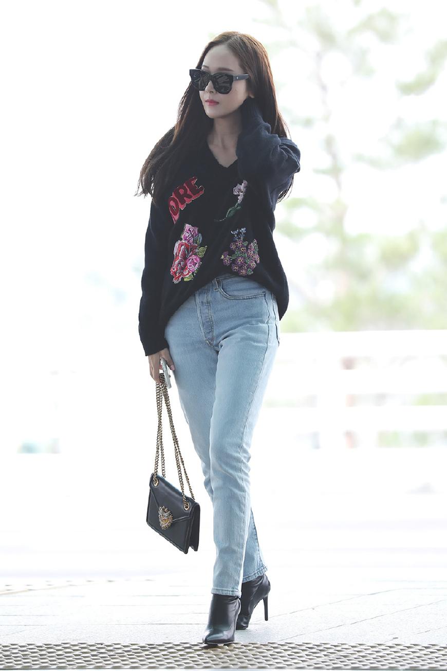 郑秀妍私服太时尚了,先撞衫辣妈孙怡,后又和迪丽热巴撞起了包