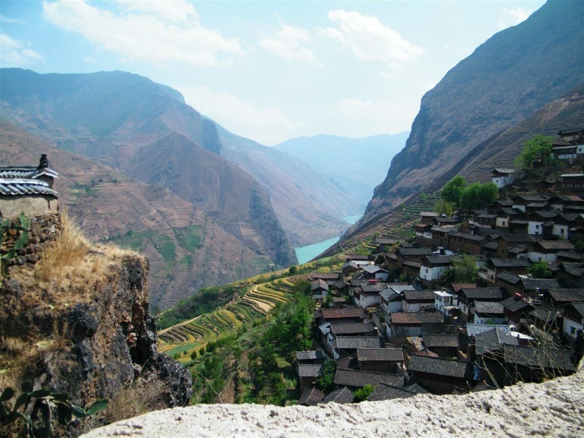 """我国最不可思议的村庄,建在最危险的地方,村民都住在""""石头""""上"""