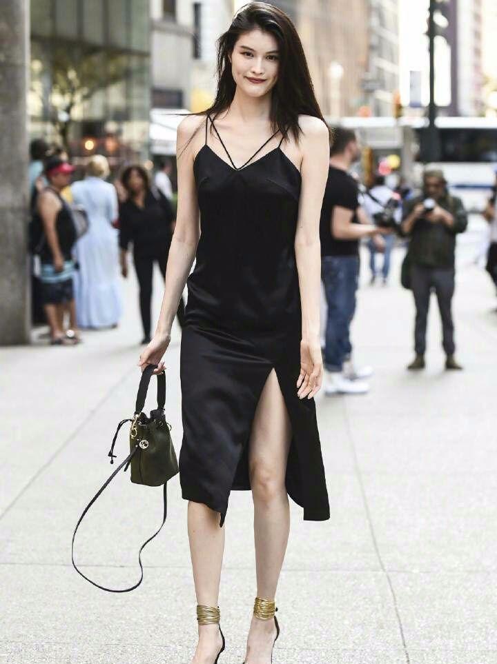 """何穗模仿奚梦瑶穿吊带想秀性感!可大家都被她的""""脚镯子""""吸引!"""