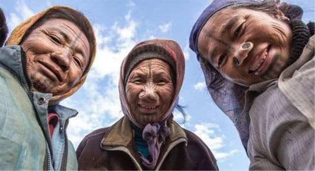 印度这个部落,女人脸上划黑色花纹鼻上塞木塞,为的让自己变丑