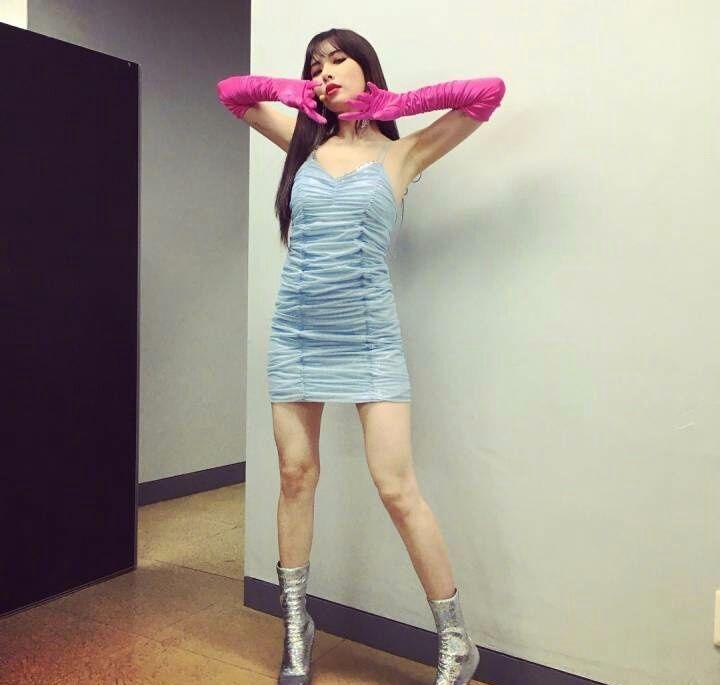 泫雅这一身秀腿又秀锁骨,特别性感!但带这手套是准备打扫卫生?