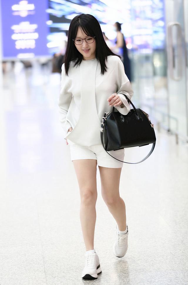 杨钰莹又嫩了!白衬衫配黑长裙显清新,47岁的年纪27岁的气质