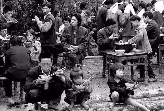 80年代农村吃饭老照片,瞬间刷爆朋友圈!
