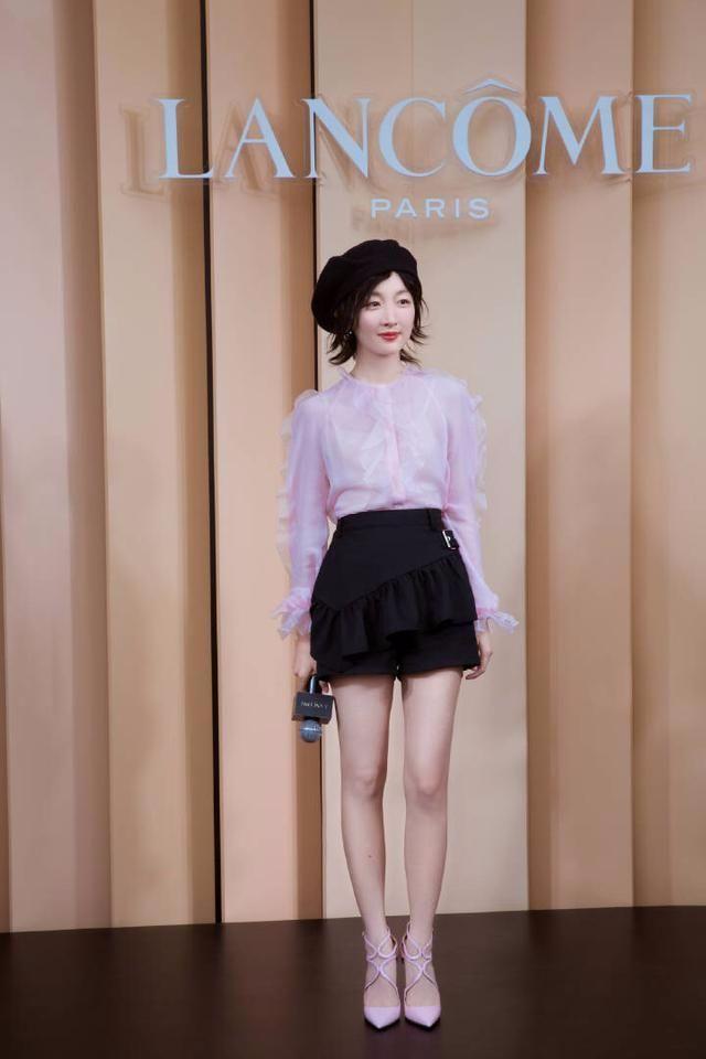 周冬雨终于穿对了粉色,网友:你很高,目测一点都不矮