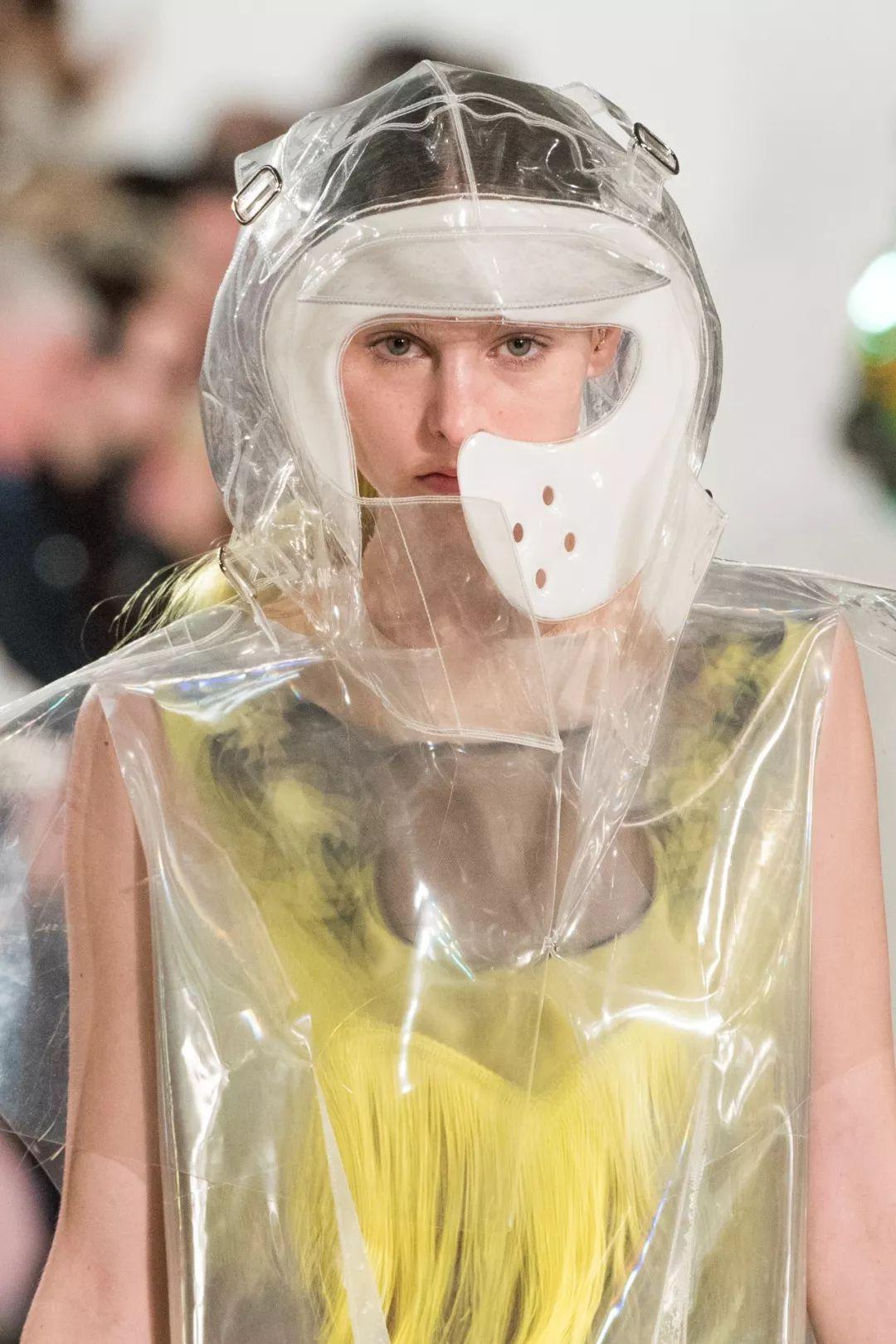"""时装潮流的 """"未来塑料风"""" 玩到头了吗?"""