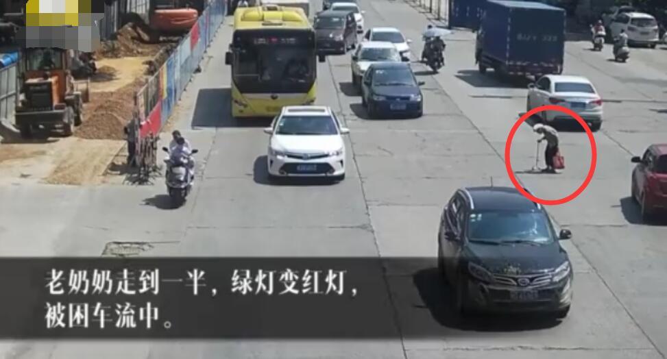 小伙骑摩托逼停车流,只为让拄拐老奶奶过完马路!看了让人温暖