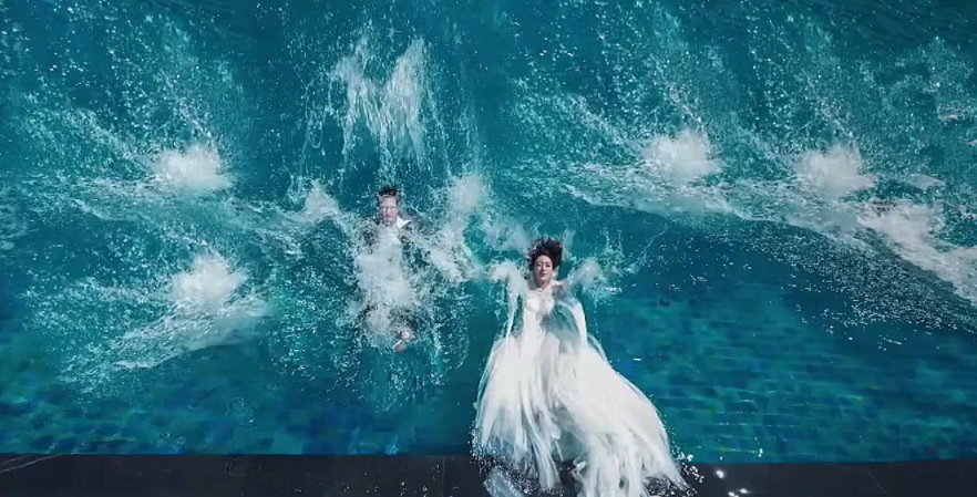 为何别让新娘挑婚纱照?把新郎气的,都说新娘像浸猪笼