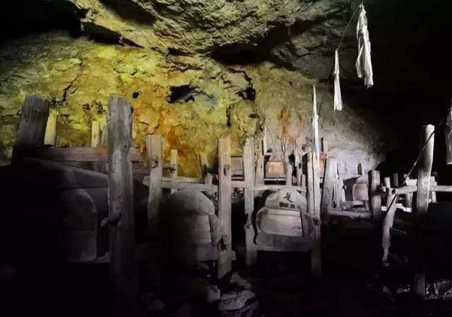 在广西旅游看到山洞别乱进,里面不是罐子就是墓地,真的挺吓人的