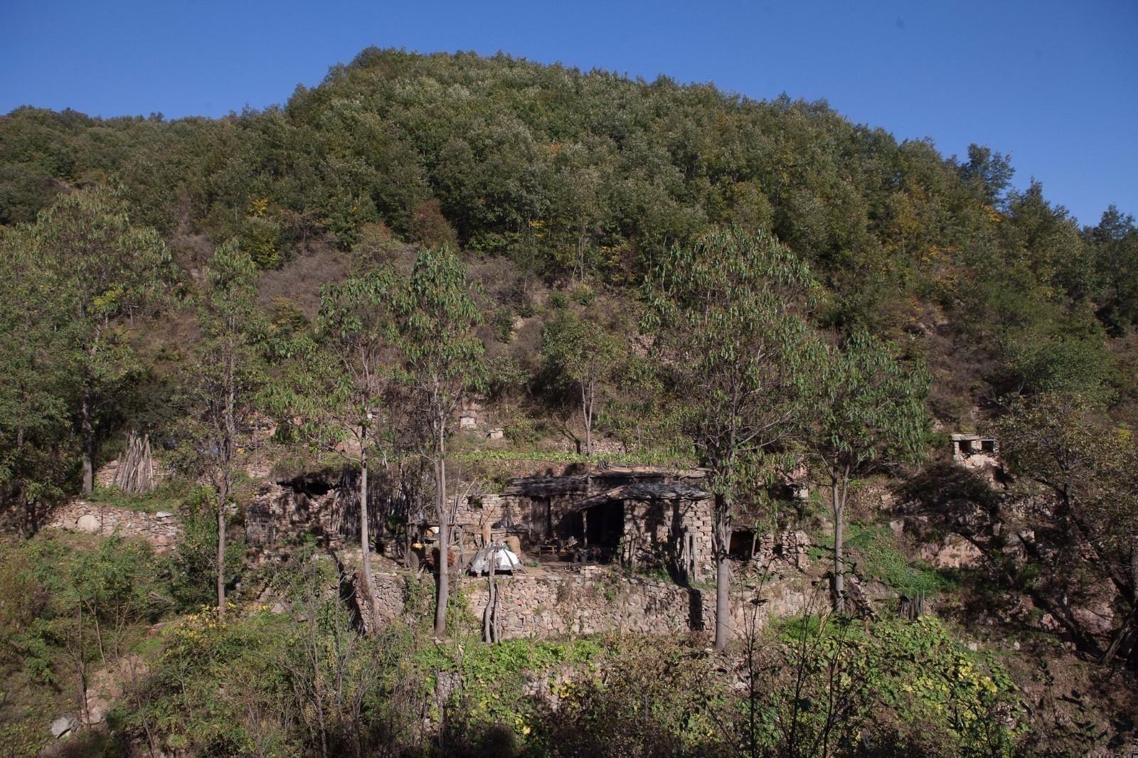 太行山两男子占山为王,隐居60年,悬崖边修房子成现实版山大王