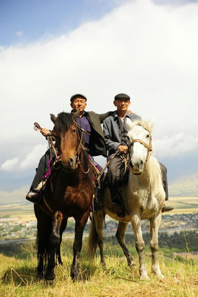 实地探访那拉提草原上的哈萨克族人:吃住简单,女人撑起半天边