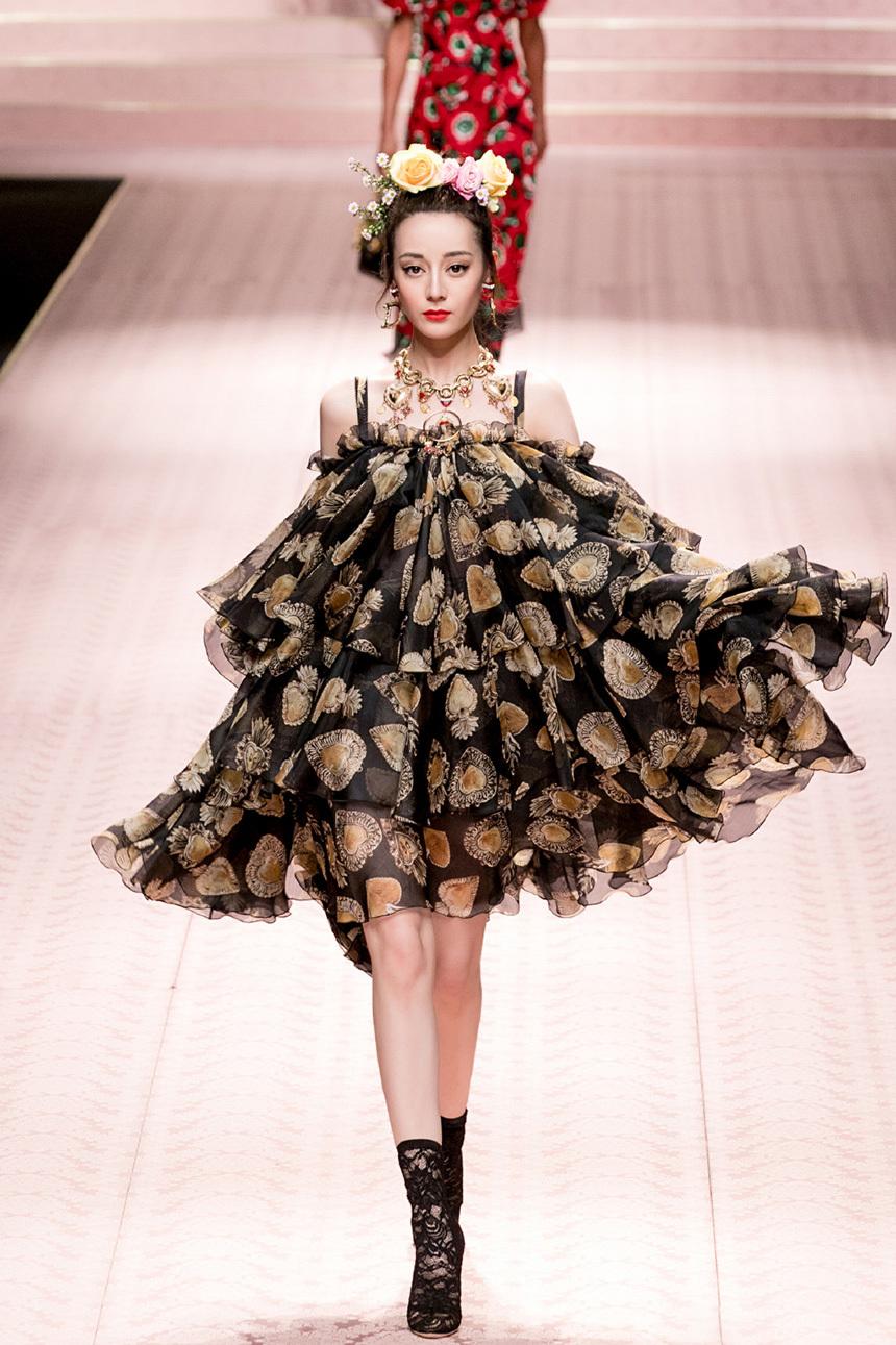 米兰时装周,迪丽热巴、Mai中泰当红小花T台比秀,还是热巴更胜一筹?