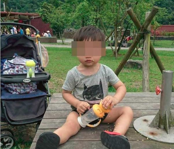 三岁男童被虐待全身伤痕, 饿成皮包骨捡排泄物吃