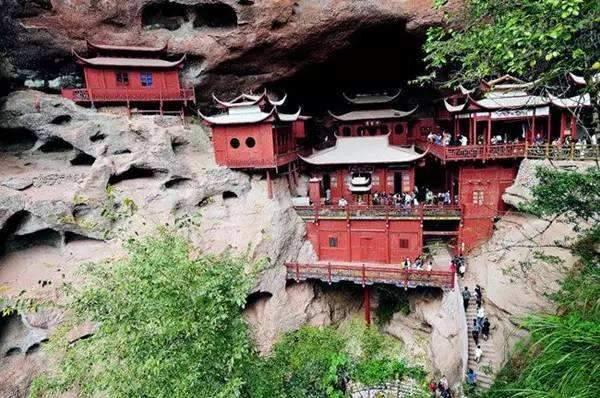 广东这座大山半山腰里,竟隐藏着一座寺庙,比悬空寺还壮观