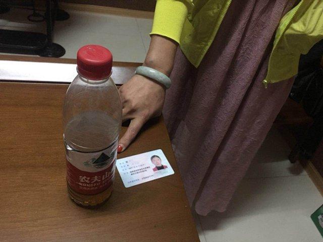 女子用矿泉水瓶装毒品坐高铁被查:不开心就喝一口