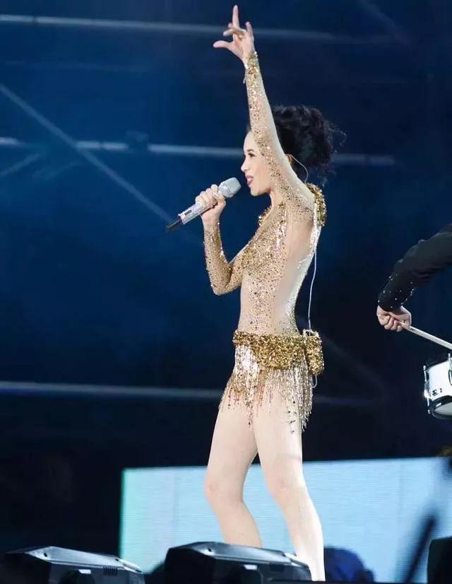 48岁莫文蔚开个唱金色透视装很惊艳,网友坦言:穿得太少了吧!