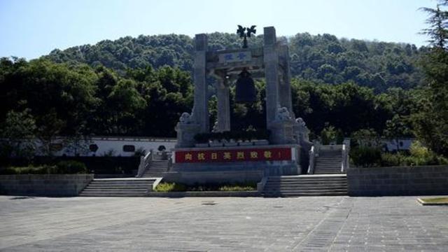 云南一坟墓埋了一日本少将,双手捆绑下跪埋葬,碑上2字大快人心