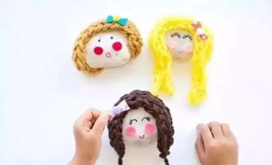 给小人儿设计发型吧!长发?短发?卷发?直发?或是散开或是扎起小辫.