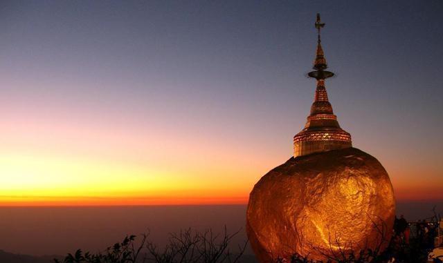 缅甸一块大金石重611吨,屹立悬崖边上,为什么不准女人触摸它?