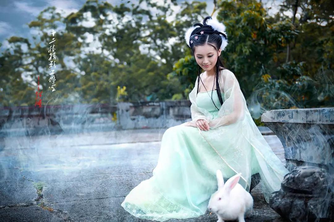 比如中国古人觉得月海的形状像个兔子,就编造了 嫦娥玉兔的故事.