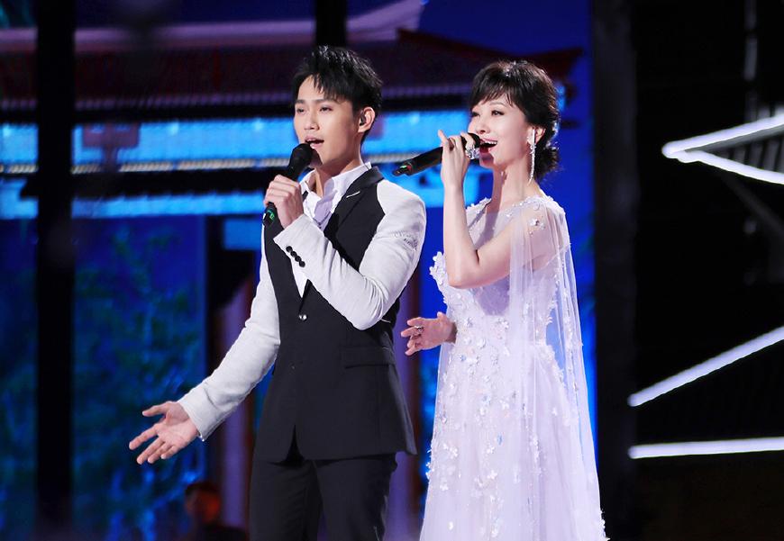 33岁年龄差哪去了?64岁赵雅芝穿白纱裙与儿子同框,竟然像姐弟