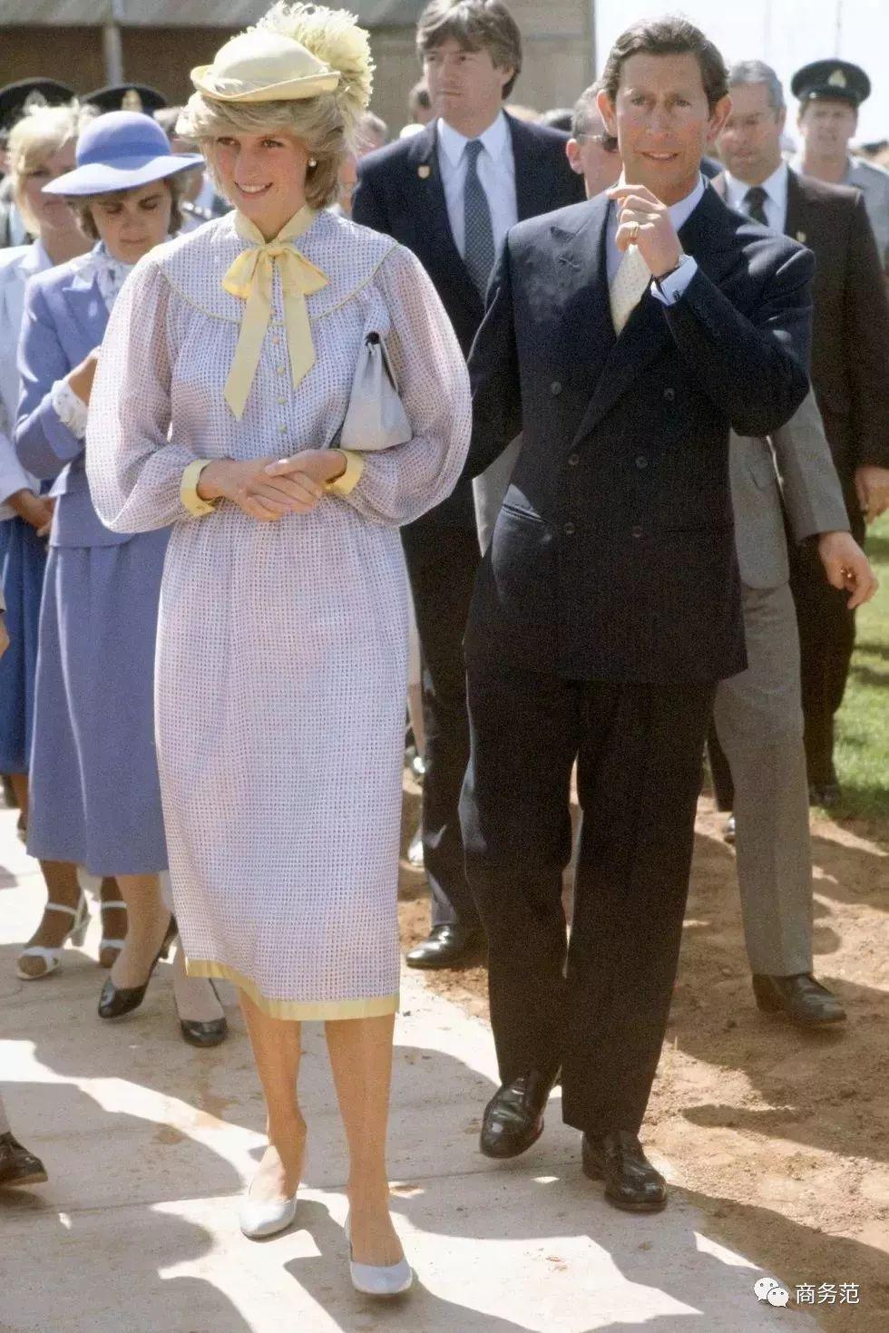 70岁查尔斯王子太能打,衣品比威廉高出好几个哈里...