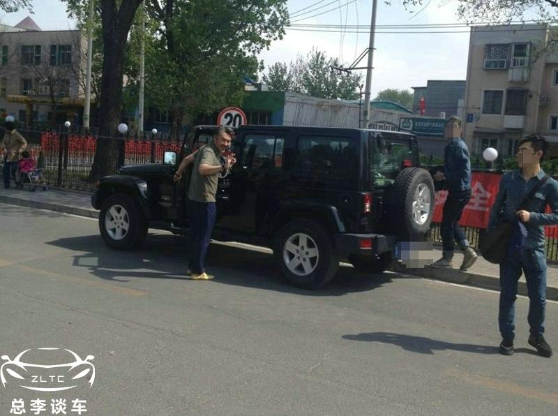 吴秀波的座驾从富康到奥拓从二手吉普到路虎如今坐这车_广东快乐