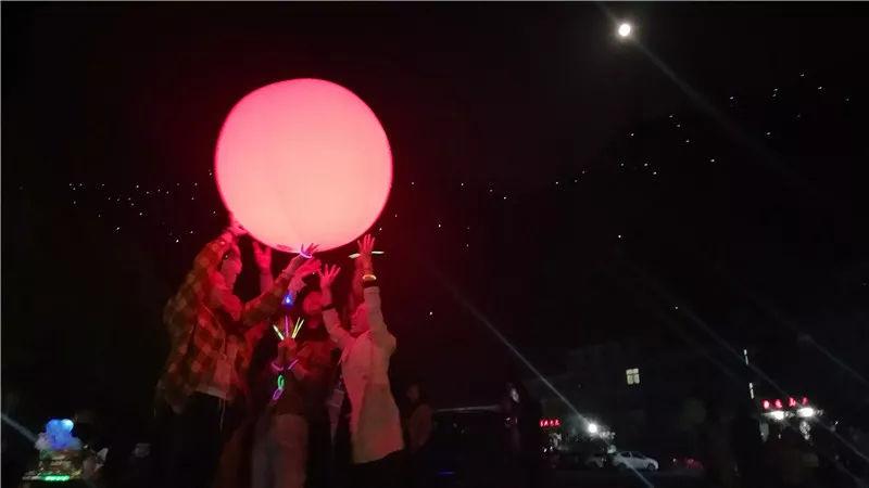花样百出的双龙湾,网红月亮被一群人玩坏了