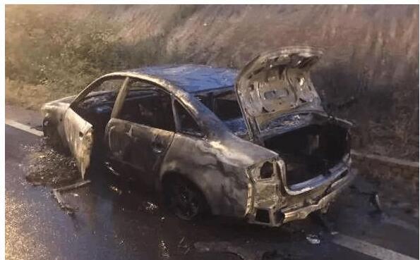 女司机下车问路忘拉手刹 汽车溜进沟起火