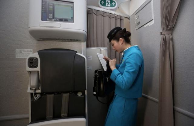为什么飞机起飞后,空姐都会偷偷的把前面的布帘拉上?总算知道了