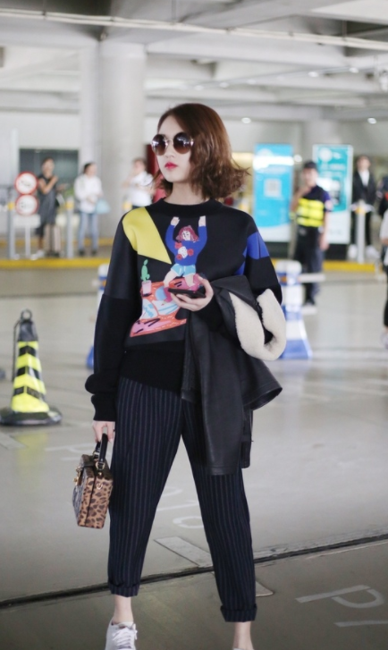 """""""谋女郎""""张慧雯现身机场,早秋卡通毛衣,穿的有点多啊"""