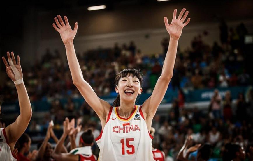 女篮给球迷带来惊喜 粤媒:女版周琦不逊WNBA状元