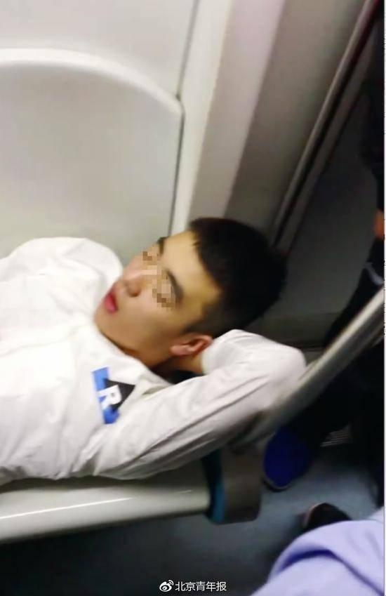 男子北京地铁躺占4座位 正值上班早高峰乘客拍打不醒他