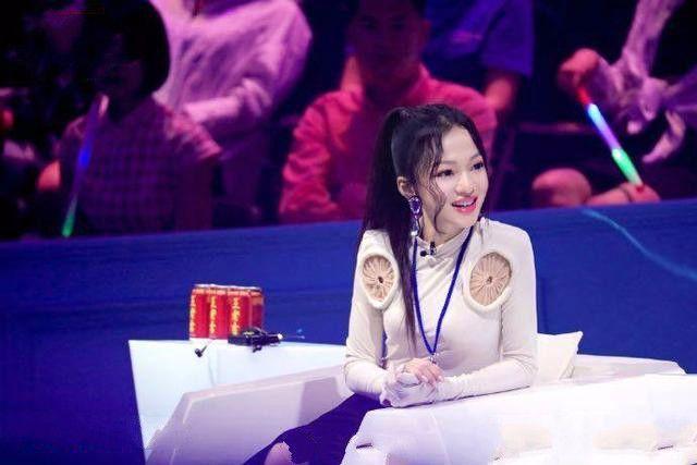 张韶涵的衣服有点搞笑,胸前的两个透明圆圈是什么?